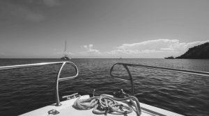 proa barco fondeado